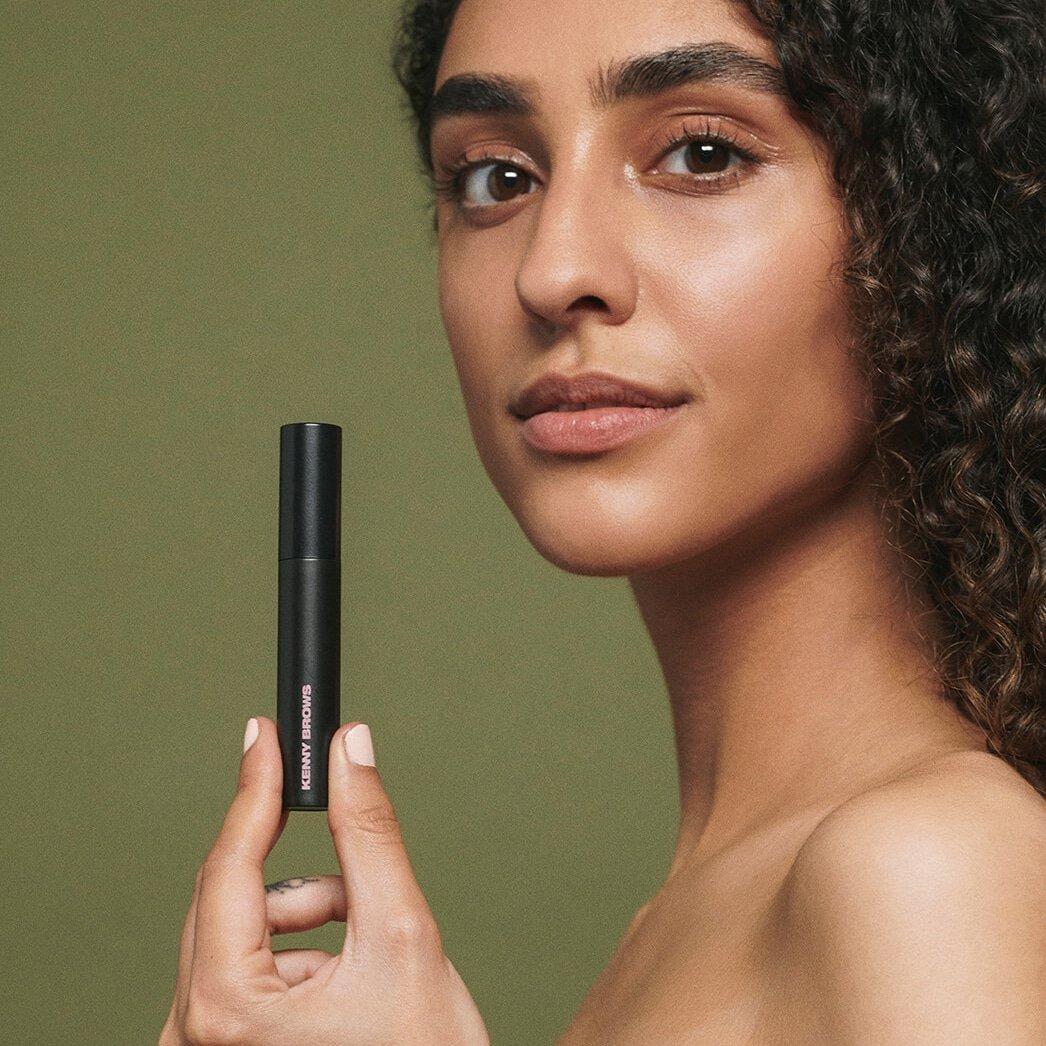 Smuk model viser Kenny Ankers nye brow gel